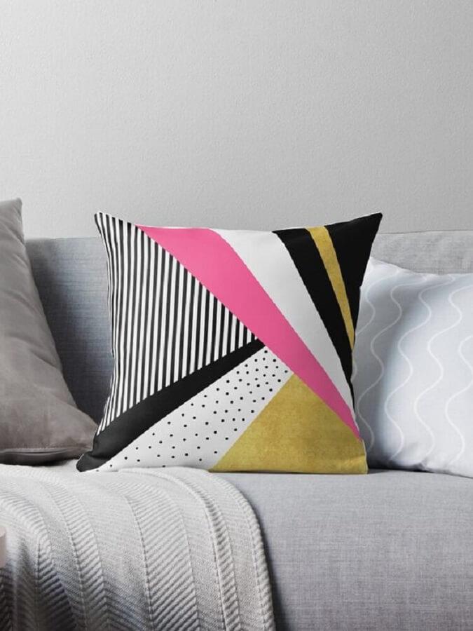 sofá cinza decorado com almofada colorida de retalhos