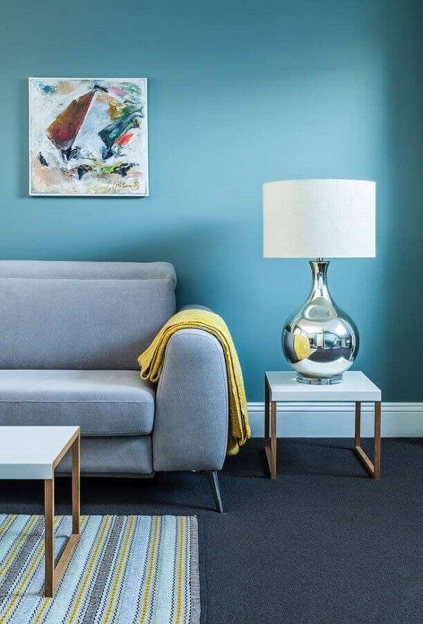 sofá cinza para decoração de sala com parede azul Foto Futurist Architecture