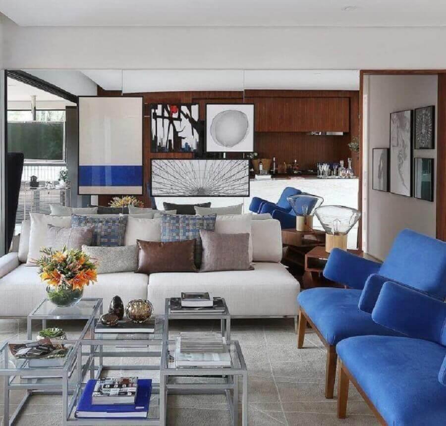 sofá de sala azul e branca decorado com várias almofadas Foto Fernanda Marques