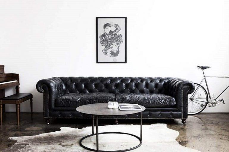 sofá preto de couro com acabamento capitonê Foto Pinterest