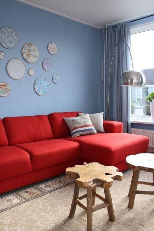 sofá vermelho para decoração de sala com parede azul claro Foto Dcore Você