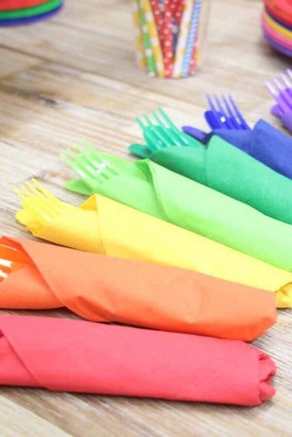 talheres e guardanapos coloridos para festa infantil simples Foto Pinterest