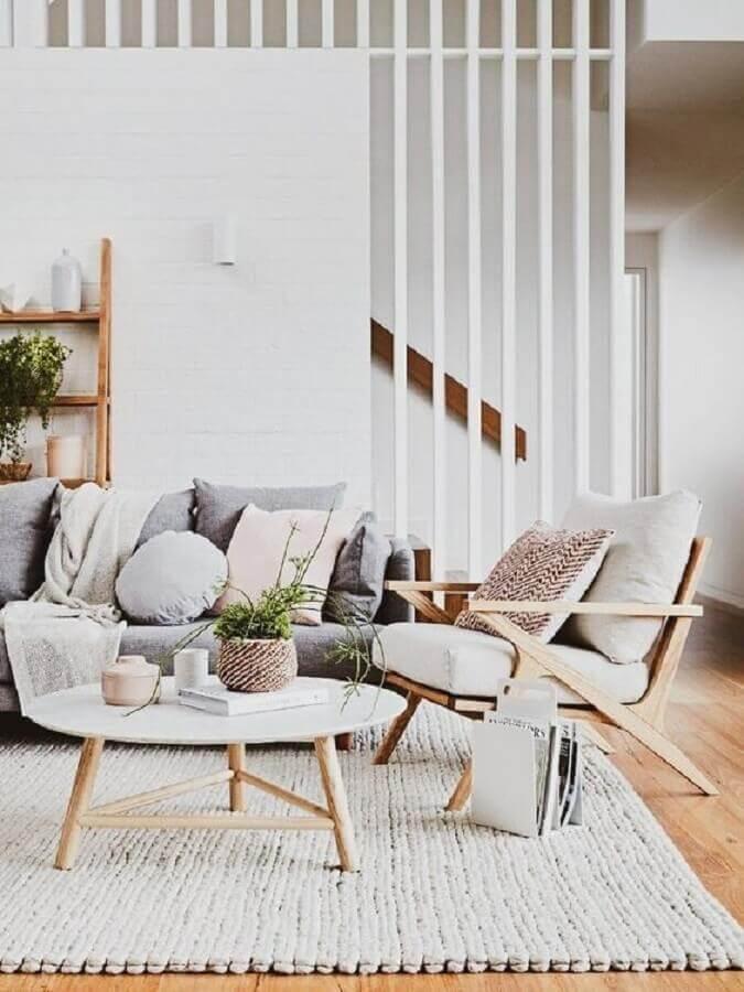 tapete de crochê cinza para sala decorada com poltrona de madeira Foto A Casa Delas