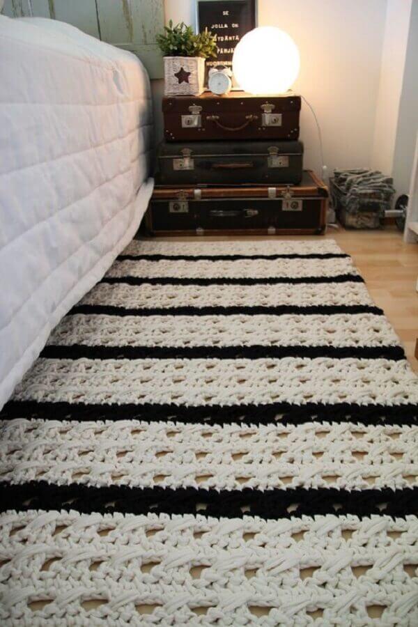 tapete de crochê para quarto de casal decorado com malas antigas Foto Pinterest