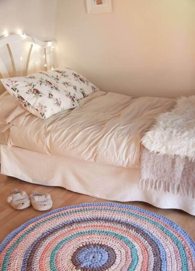 tapete de crochê para quarto feminino simples decorado com varal de luz na cabeceira da cama Foto Revista Artesanato
