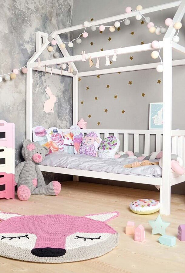 tapete de crochê para quarto infantil cinza e rosa com decoração lúdica Foto Revista Artesanato