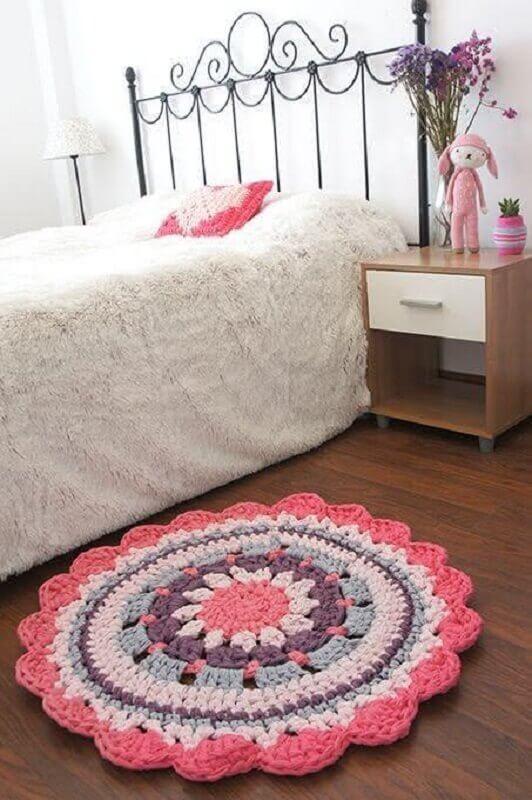 tapete de crochê para quarto simples com cama de ferro Foto Muito Chique
