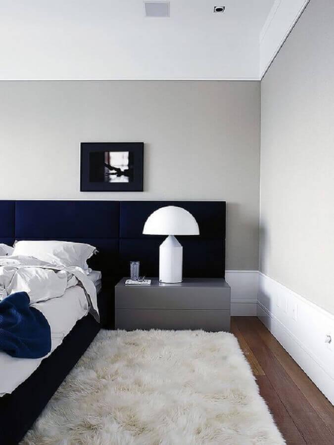 tapete felpudo branco para decoração de quarto moderno com cabeceira azul marinho Foto Pinterest