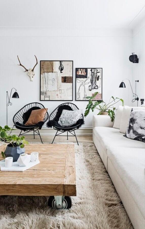tapete felpudo para decoração de sala de jantar com sofá branco e poltronas pretas Foto Casa Vogue