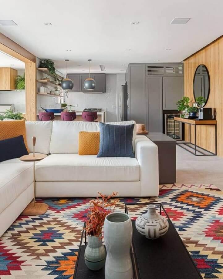 tapete geométrico colorido para decoração de sala ampla com sofá de canto branco Foto Histórias de Casa