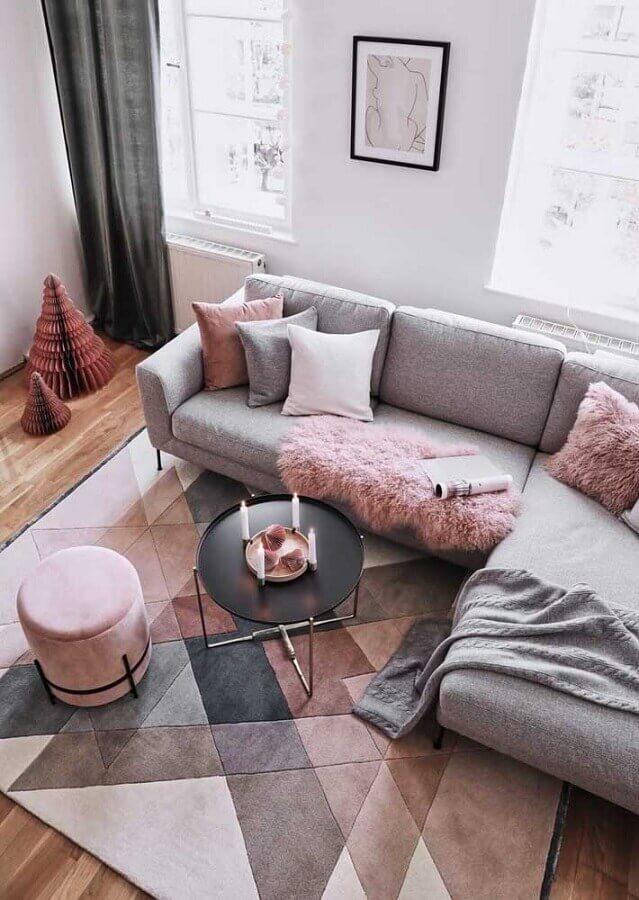 tapete geométrico em tons pastéis para sala decorada com sofá cinza de canto Foto JERA Arquitetura e Engenharia