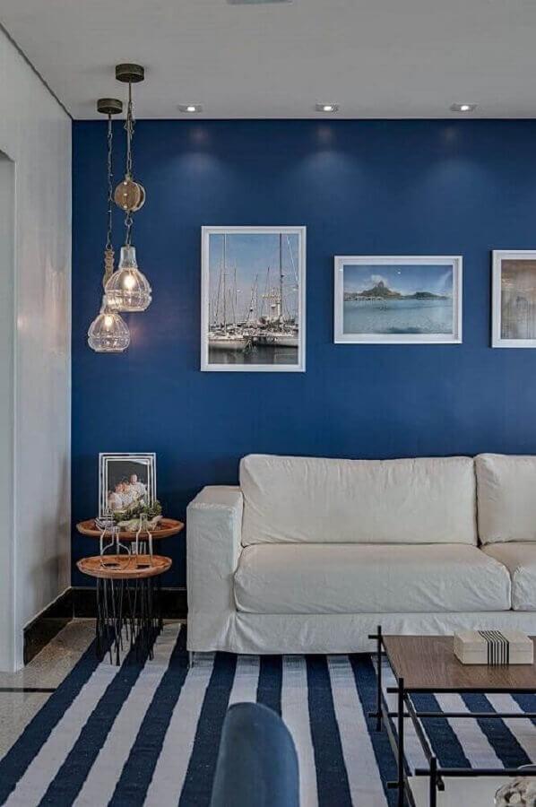 tapete listrado para decoração de sala azul e branca Foto Revista VD