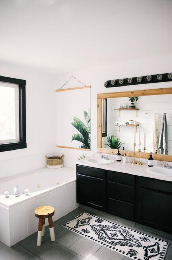 tapete para banheiro planejado com gabinete preto e espelho de madeira Foto Etsy