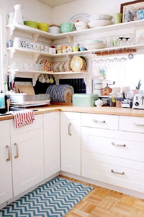 tapete para cozinha planejada com armários brancos e prateleiras de canto Foto Behance