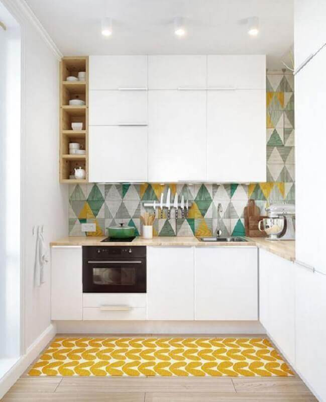 tapete para cozinha planejada toda branca com revestimento colorido Foto Behance