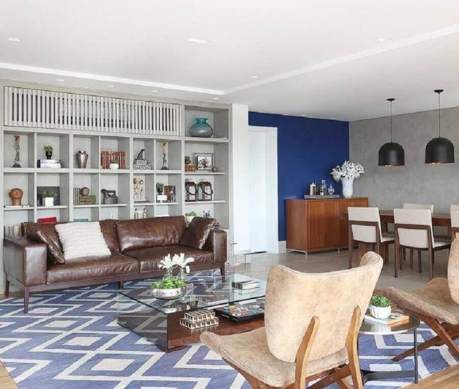 tapete para sala azul decorada com sofá de couro marrom Foto Triarq Studio