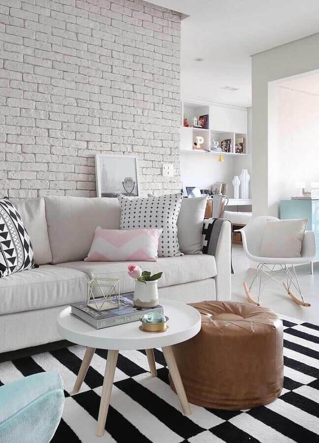 tapete para sala branca decorada com puff redondo de couro e parede de tijolinho a vista Foto JERA Arquitetura e Engenharia