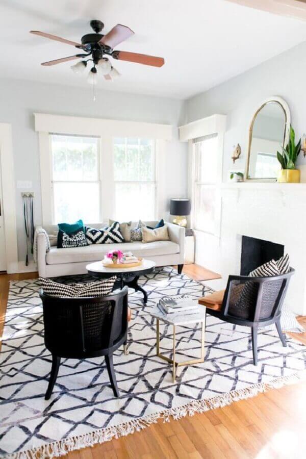 tapete para sala de estar decorada com poltrona preta e sofá branco Foto iCasei