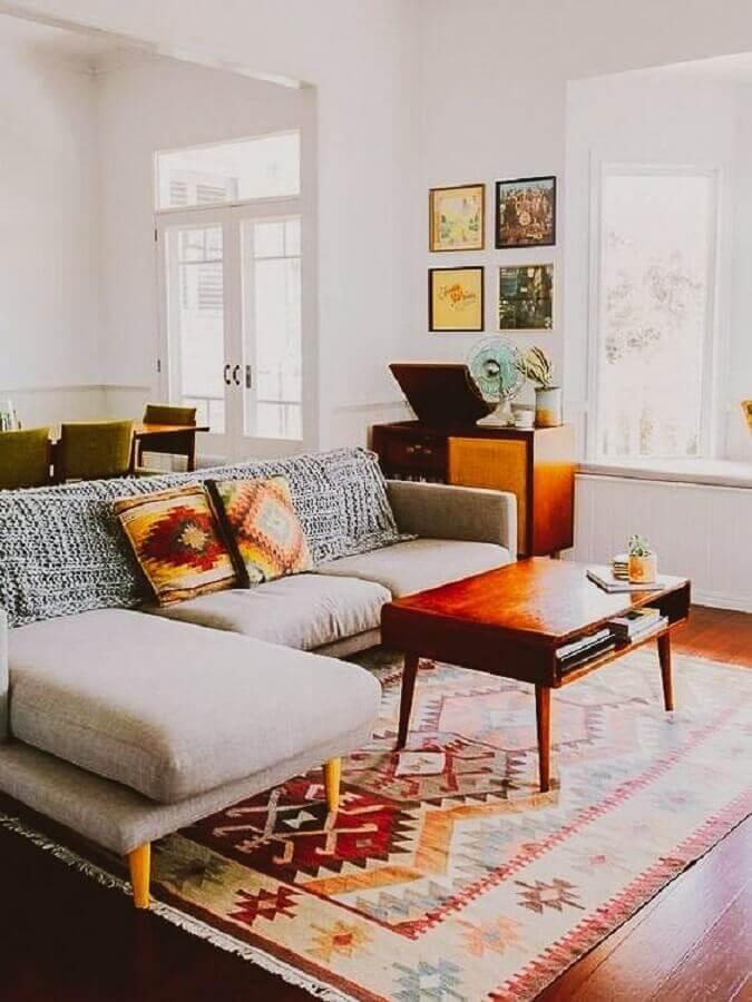 tapete para sala simples decorada com sofá com chaise e mesa de centro de madeira Foto A Casa Delas