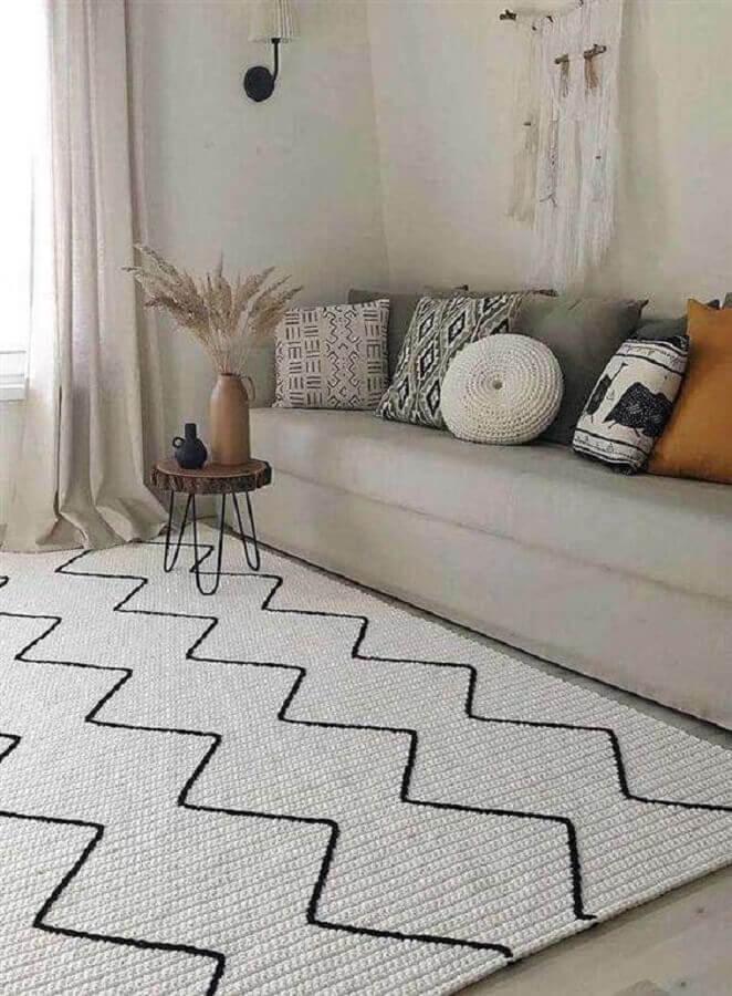 tapete para sala simples decorada com várias almofadas Foto Artesanatop