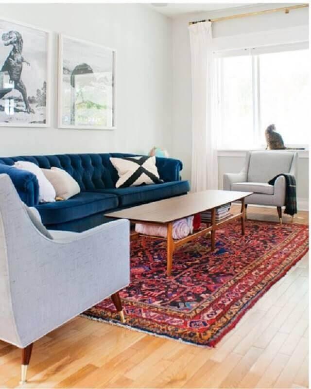 tapete persa para sala de estar decorada com poltronas cinza e sofá azul Foto Pinterest