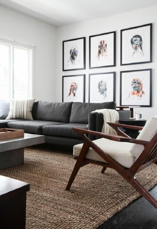 tapete sisal para sala decorada com sofá preto e poltronas de madeira Foto ArchZine