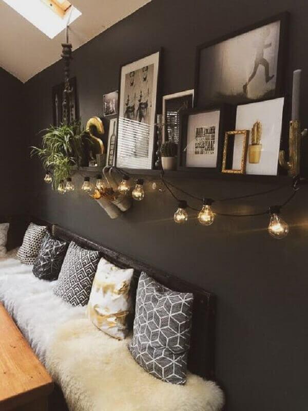 tinta cinza chumbo para parede de ambiente decorado com vários quadros e varal de luz Foto A Casa Delas