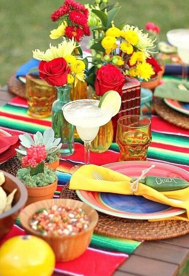 toalha listrada e arranjos de flores coloridas para festa mexicana Foto My Sweet Decor