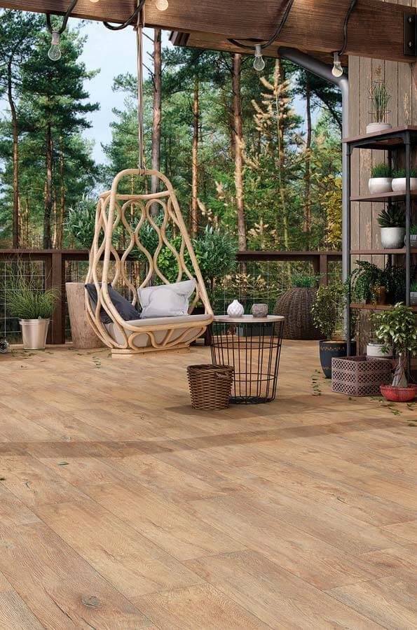 Varanda com porcelanato de madeira