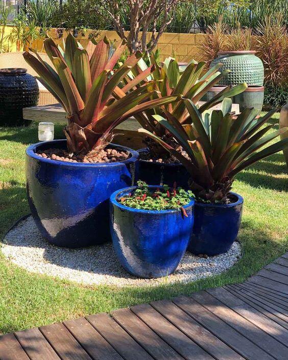 Vaso grande azul no jardim moderno