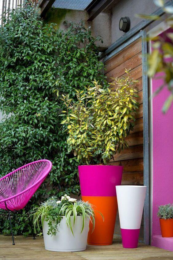Vaso grande colorido na varanda moderna