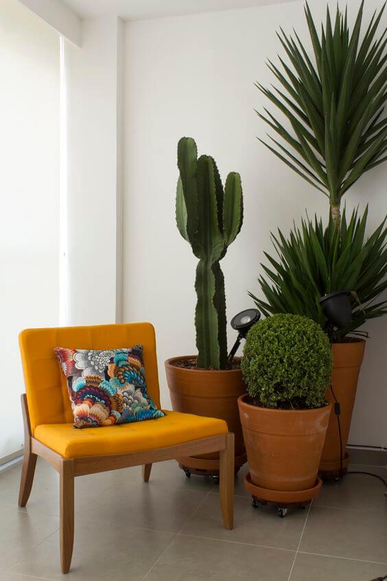 Vaso grande de barro na decoração com poltrona amarela