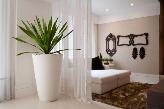 O vaso grande e branco é perfeito para ambientes neutros