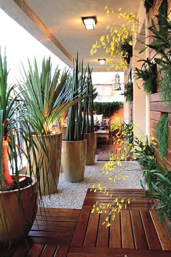 Vaso grande para plantas na área externa de casa