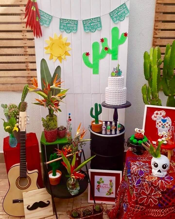 vases of plants for Mexican party decoration Photo Viviane Dutra