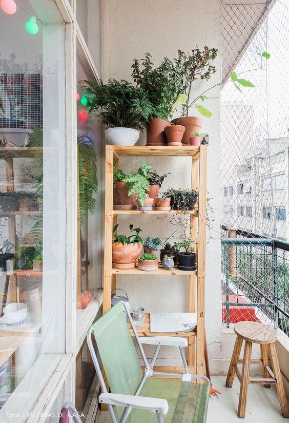 Os vasos para plantas pequenas são lindos para a sacada