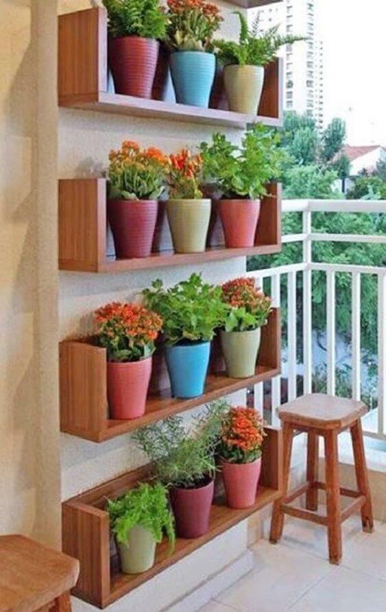 Vasos de plantas pequenas na sacada de casa