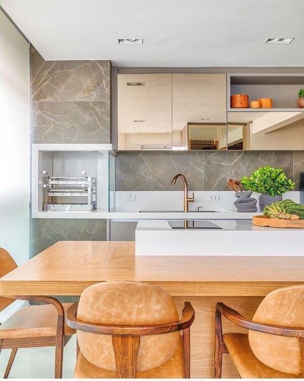 Área gourmet com porcelanato marmorizado
