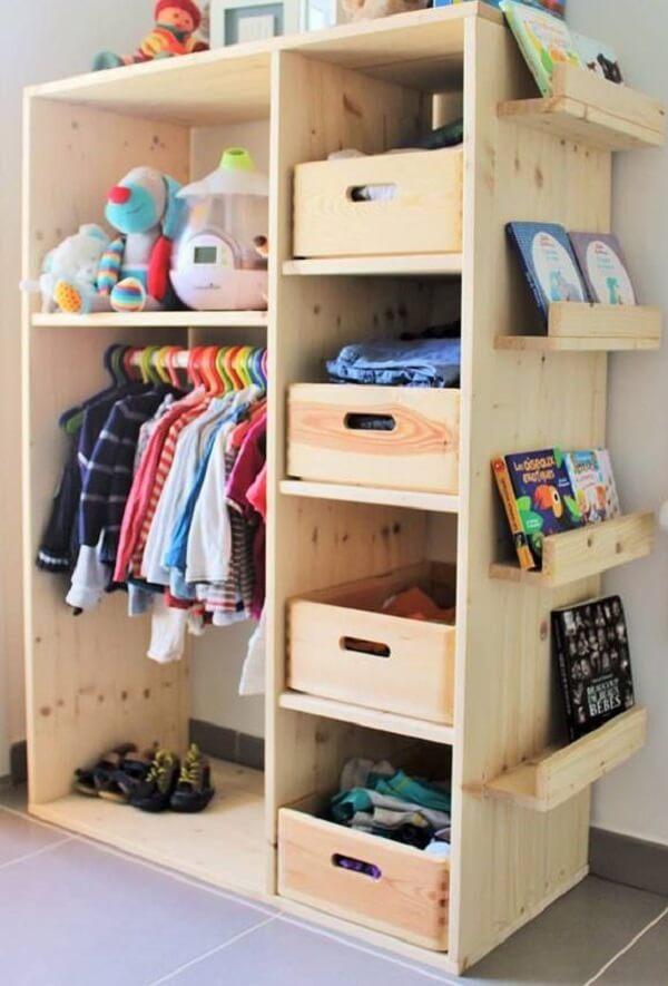 O guarda roupa de pallet simples também pode ser usado na decoração do quarto infantil