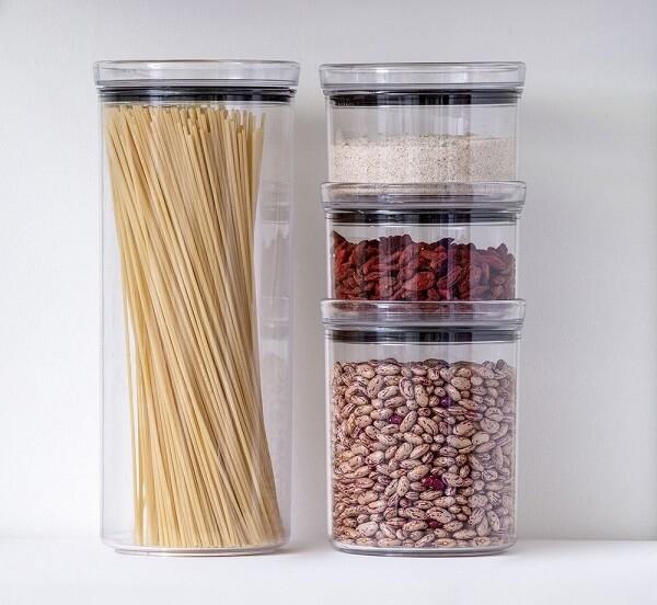 O pote hermético empilhável otimiza os espaços dentro da cozinha