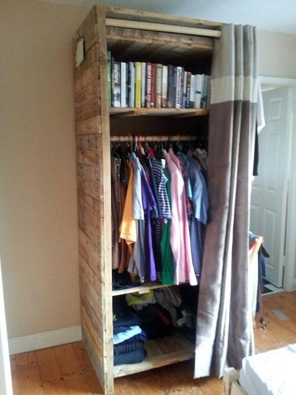 Use uma cortina como porta para o seu guarda roupa de pallet