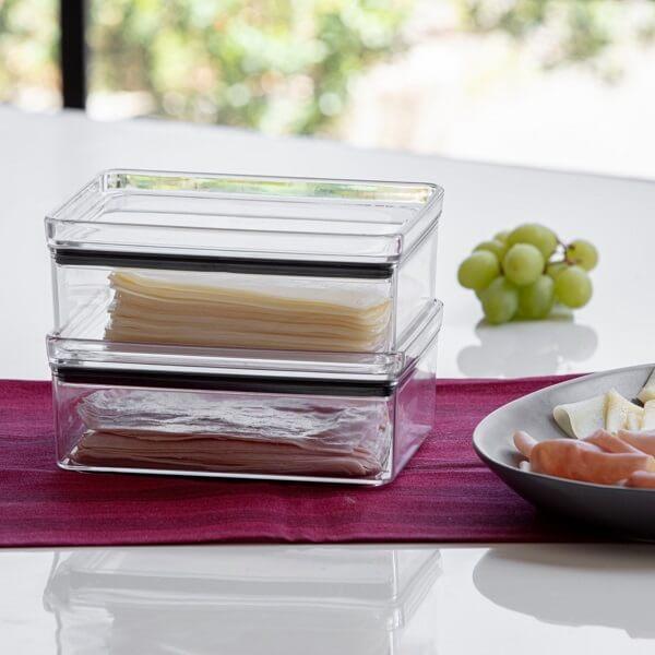 O pote hermético além de conservar as fatias de queijo e presunto ele decora a mesa de café da manhã