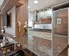 A bancada de cozinha granito café imperial separa ambiente da casa