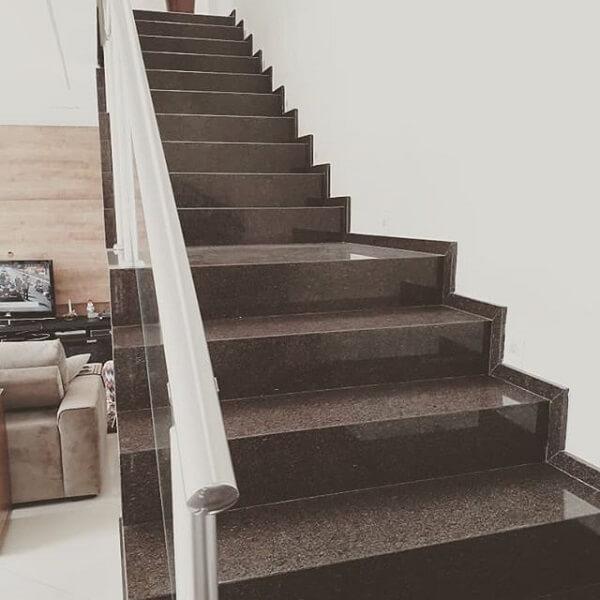 A escada recebeu acabamento com granito café imperial
