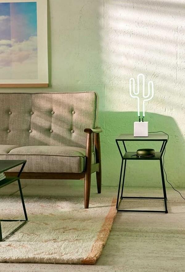 A luminária de neon em formato de cacto atrai muitos seguidores