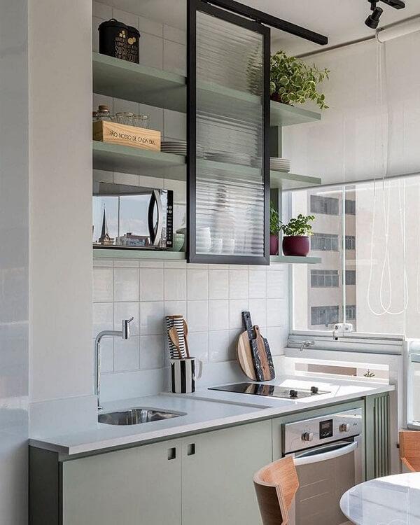 A porta de correr feita com vidro canelado trouxe charme para a cozinha