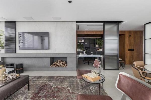 A porta de vidro canelado separa a sala de estar da sala de jantar