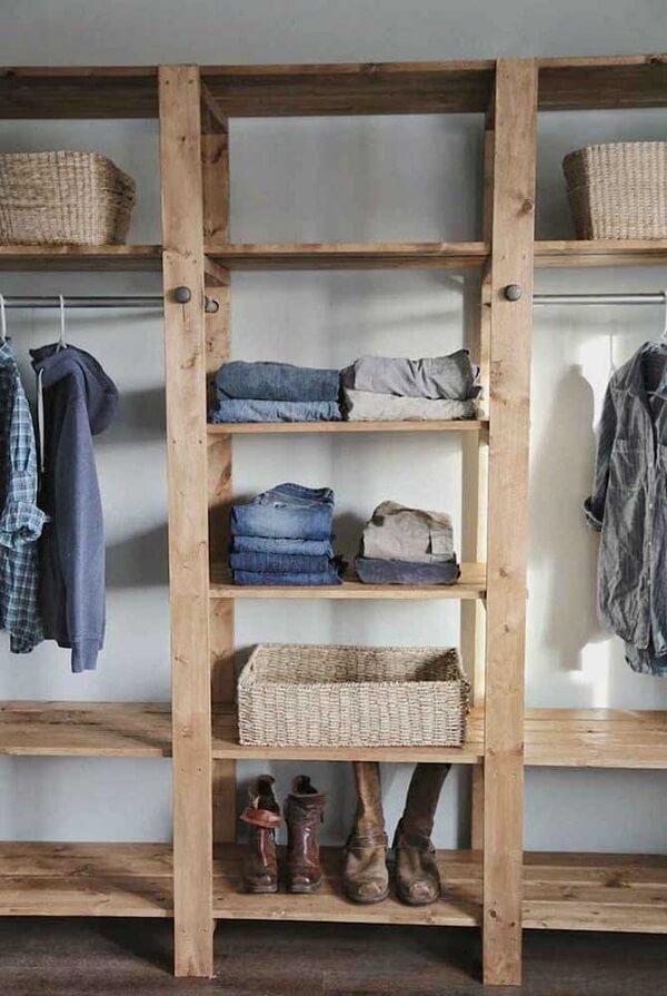 Acomode suas roupas e acessórios dentro do guarda roupa de pallet