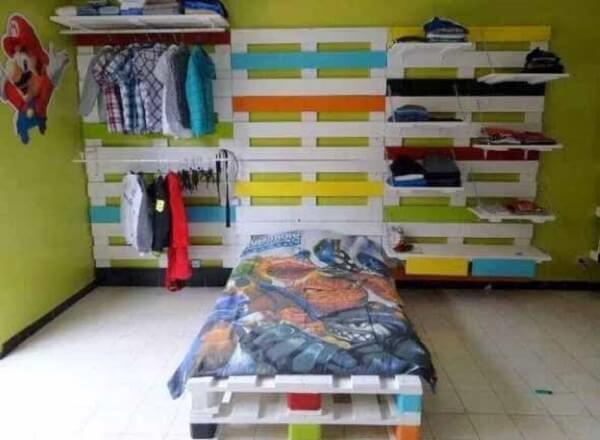 O guarda roupa de pallets aberto se conecta com a estrutura da cama infantil