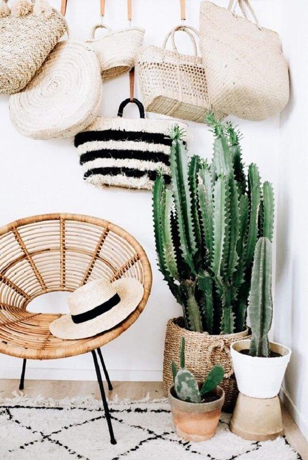As cadeiras de rattan são peças que se harmonizam com a decoração tropical chique